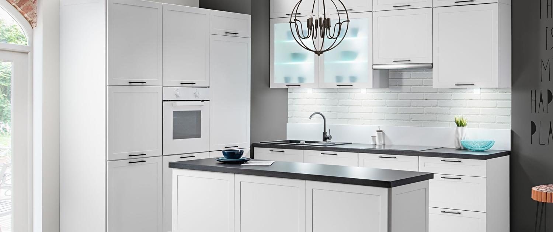 Biała kuchnia Navia z wyspą kuchenną z ramkowymi frontami w stylu skandynawskim